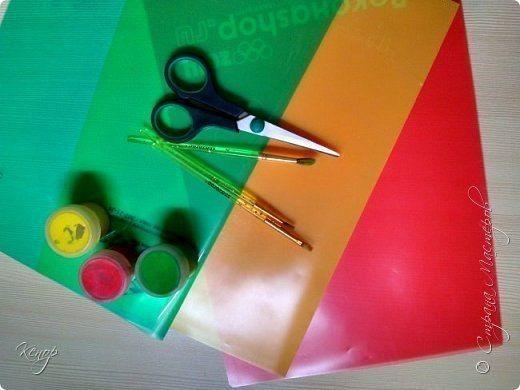 МОБИЛЬ ОСЕННИЙ ЛИСТОПАД ДЛЯ УКРАШЕНИЯ ГРУППЫ ИЛИ КОМНАТЫ Для изготовления нам понадобятся:- уголки для бумаг,- краски,- ножницы,- кисточки,- лескаНа уголках по шаблону обводим листочки