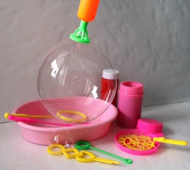 МЫЛЬНЫЕ ПУЗЫРИ Сегодня мы поделимся с вами проверенным рецептом самодельной жидкости для мыльных пузырей. Самый простой способ приготовить раствор таков: на 200 гр. средства для мытья посуды