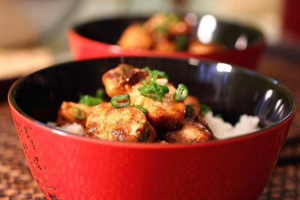 Курица с пряным соусом и рисом в китайском стиле