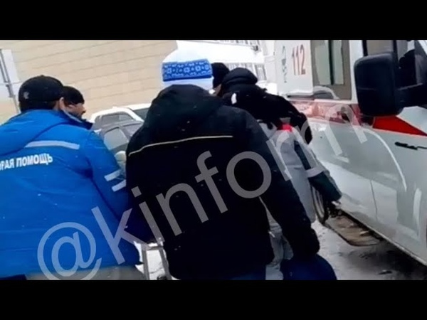 В Сургуте восьмиклассник попал в больницу после падения на скользкой дворовой дороге.