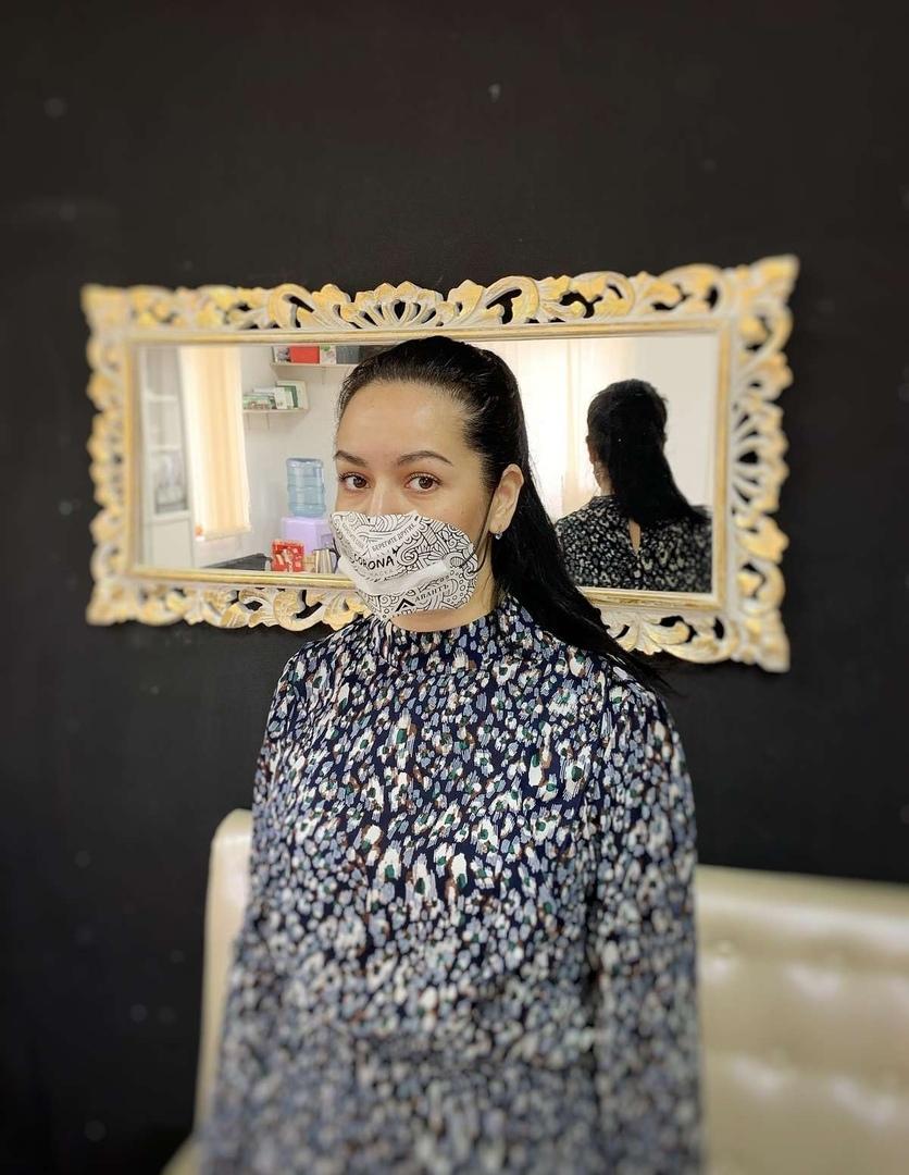 Автор проекта тестирует готовую маску собственного производства