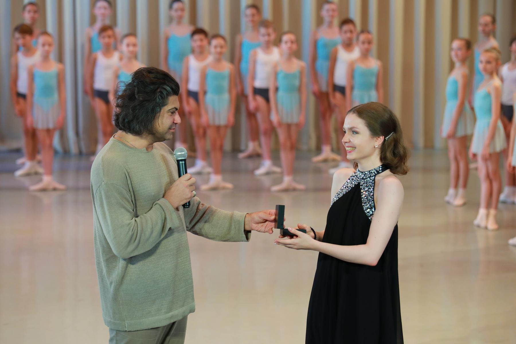 Н.М. Цискаридзе вручает памятный знак выпускнице-отличнице Валерии Беспаловой.