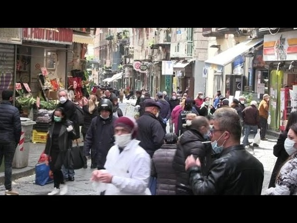 Coronavirus, a Napoli tanta gente in strada per la spesa. Ma questa è una quarantena