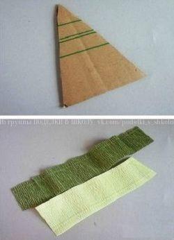 ЕЛОЧКА Вот такие материалы вам потребуются:Вырежьте треугольник из толстого картона и длинные полоски из гофры шириной по 4 см.Эти полоски согните пополам вдоль и слегка растяните согнутый край