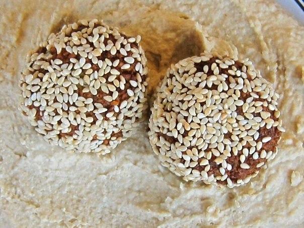 Фалафель. Традиционное блюдо из нута (бараньего гороха), которое часто готовят в Израиле.Вам потребуется:2 стакана сухого нута 1 небольшая луковица 1/4 стакана нарезанной свежей петрушки3-5