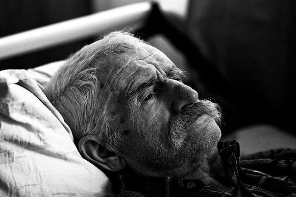 Как помирал старик Старик с утра начал маяться. Мучительная слабость навалилась Слаб он был давно уж, с месяц, но сегодня какая-то особенная слабость такая тоска под сердцем, так нехорошо, хоть