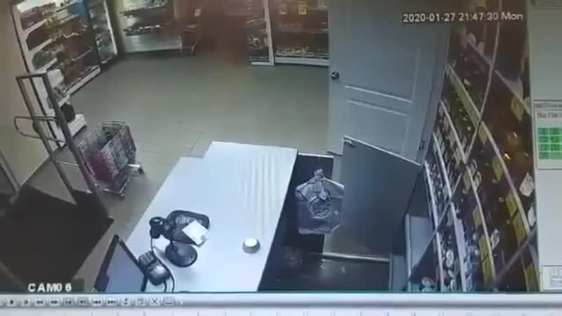 Грузчик поджёг Кассиршу Харьковская Минералка