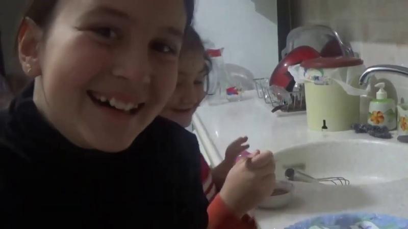 Tarihte Bugün 3 Yıl önce Ayşegül mutfakta Waffle yapıyor Kardeşi de süslüyor