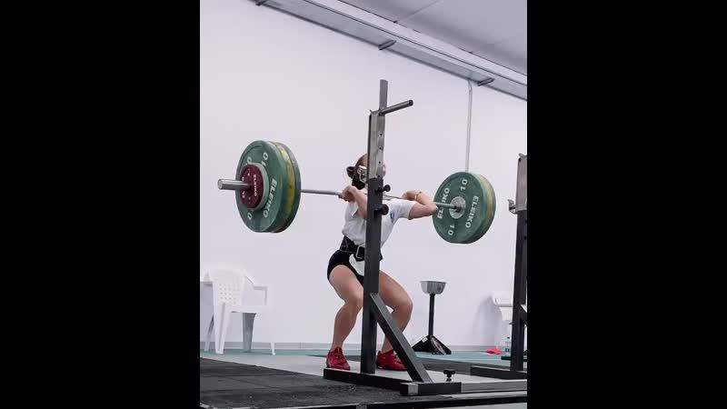 Итальянская тяжелоатлетка-Селин Людовика Делия приседает на груди 100 кг