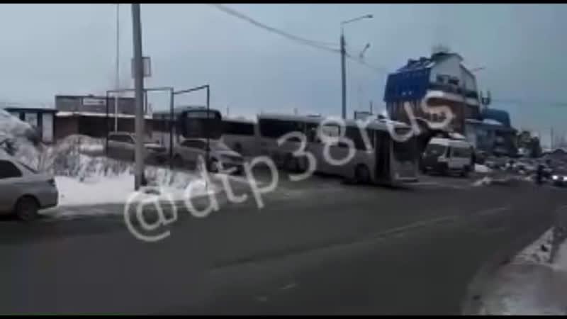 Автобус протащил иркутянина по дороге