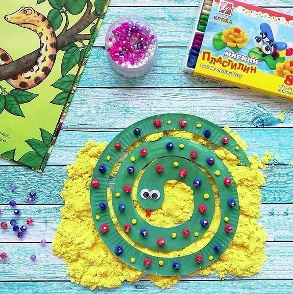 Змейка из одноразовой тарелки. Раскрасили гуашью и украсили разноцветными пластилиновыми шариками, а сверху посадили бусинки. В общем, нарядная