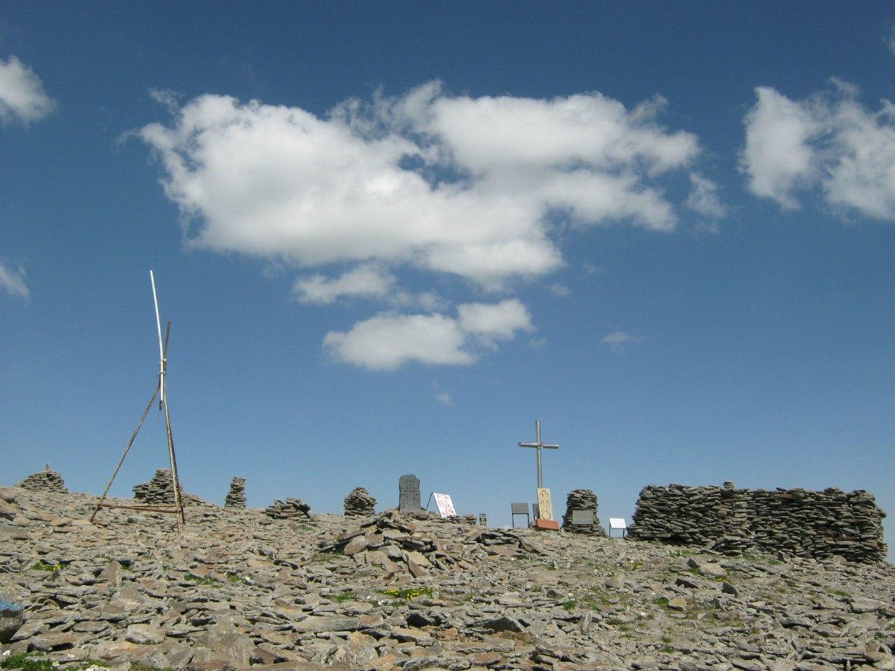 Кресты и памятные плиты в честь погибших людей на горе Арагац