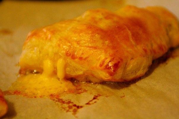 Пирожки с яйцами и ветчиной Что нужно: Тесто слоеное 500 гМасло сливочное 15 гКуриное яйцо 7 шт.Укроп 0,5 ч. л.Соль 0,5 ч. л.Перец черный молотый 0,5 ч. л.Ветчина 240 гМука 2 ст. л.Чеддер 120