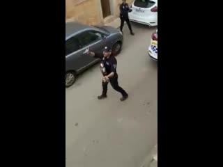 Полиция в Испании выступает для жителей на карантине
