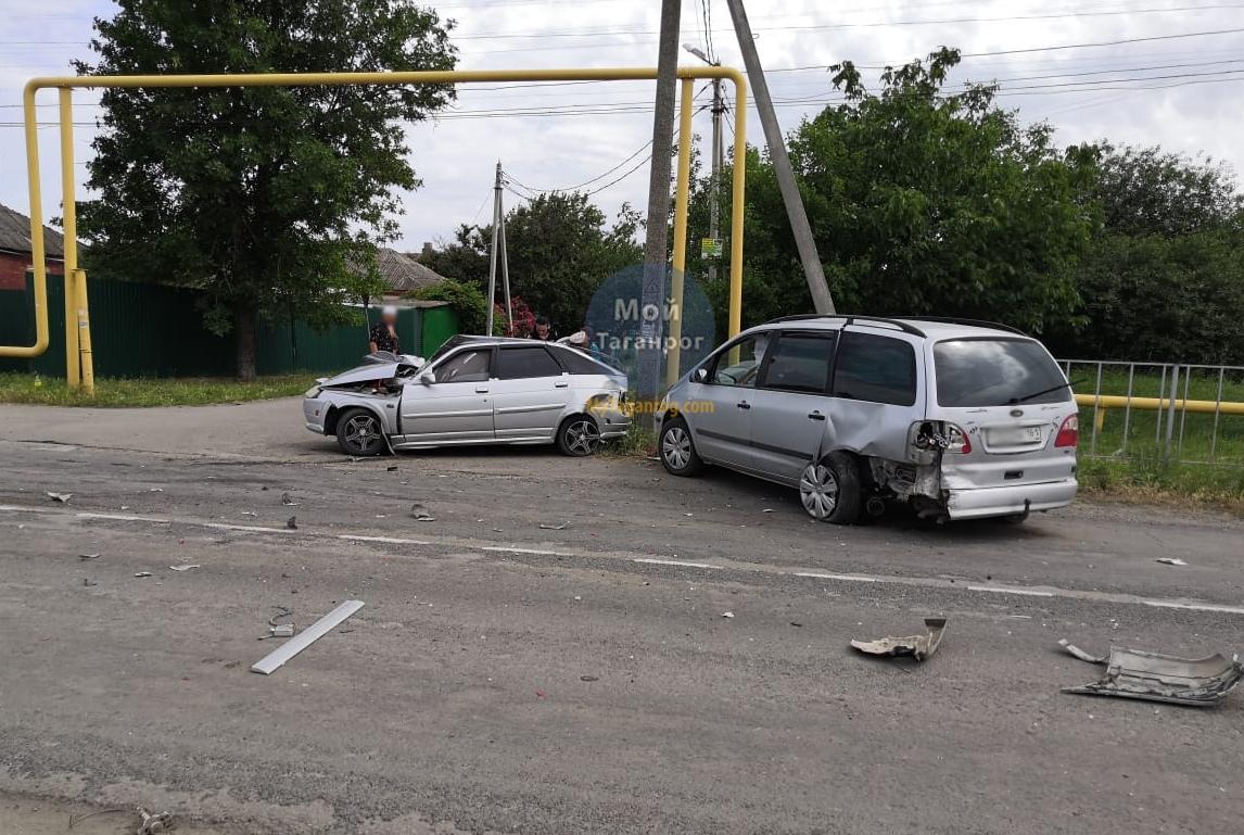 Под Таганрогом в результате столкновения «ВАЗ-21120» и Ford Galaxy пострадал 1 человек