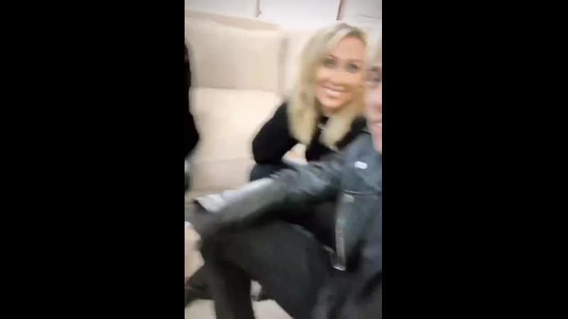 Miley Brandi Trace e Tish fizeram um photoshoot desconhecido em que todos estão vestidos de preto É possível ouvir a Miley fa