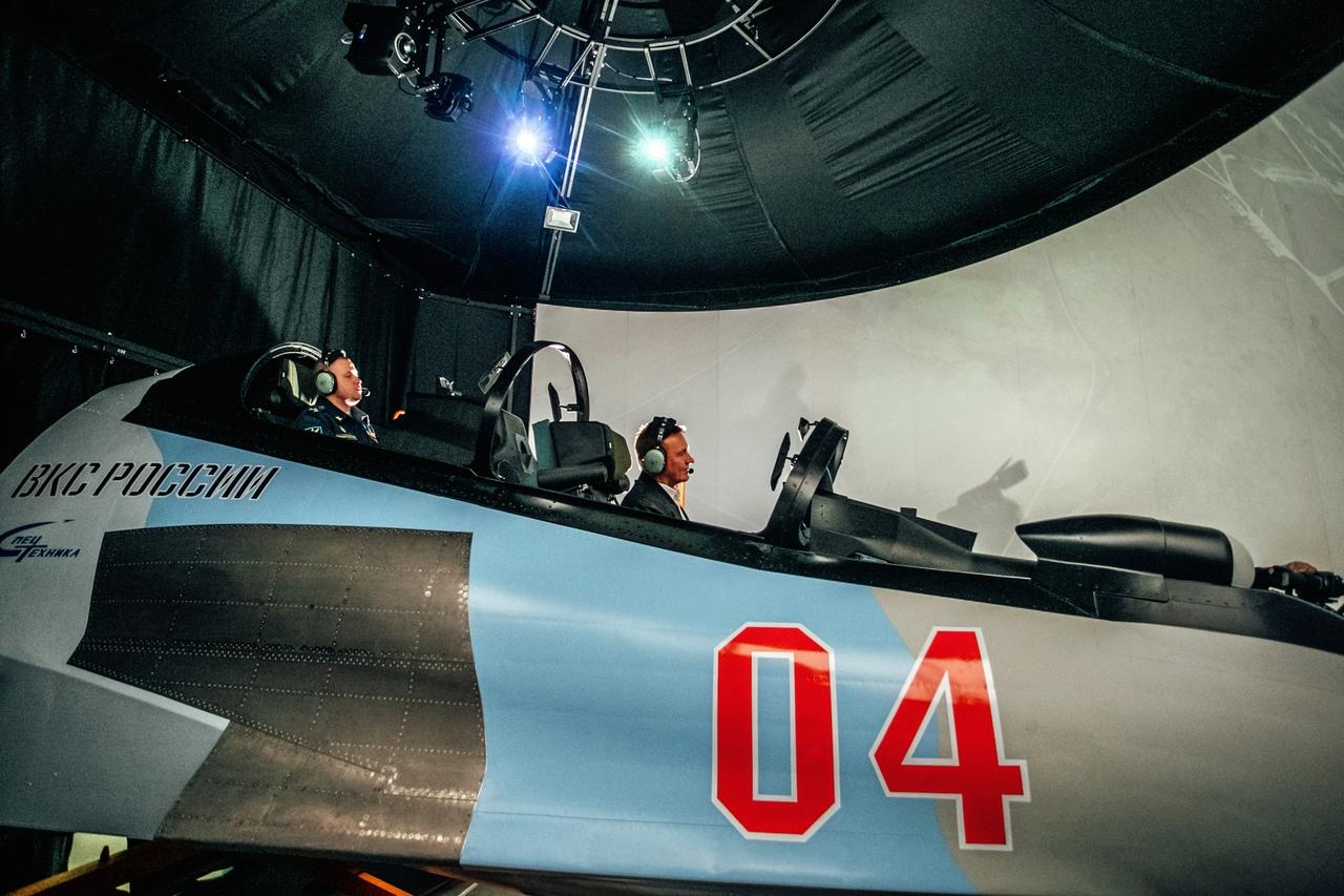 Курский губернатор протестировал новый комплексный пилотажный тренажёр для лётчиков