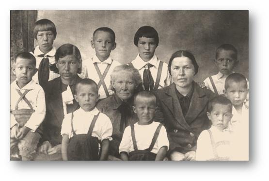 В центре бабушка Татьяна с внуками и невестками, фото 1944 года