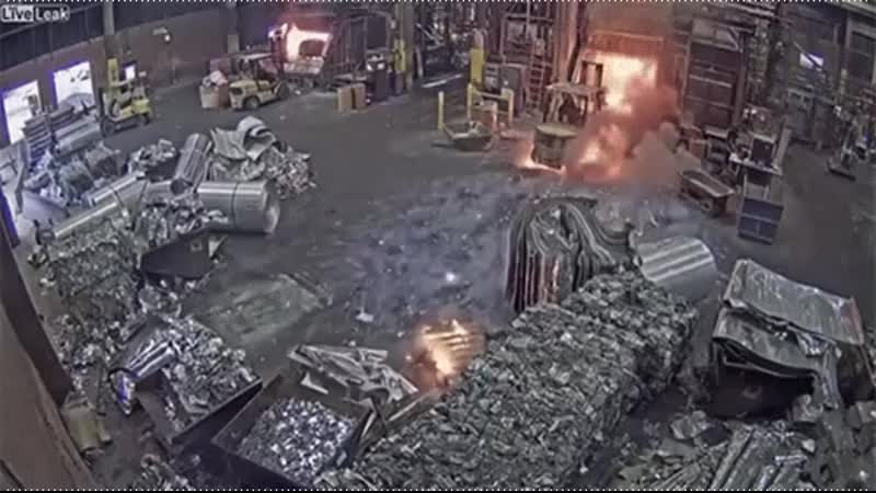 Рабочий загрузил в печь мокрый металлолом hf,jxbq pfuhepbk d gtxm vjrhsq vtnfkkjkjv