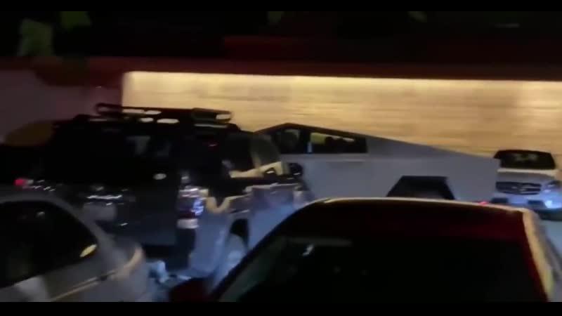 Илон Маск буянит