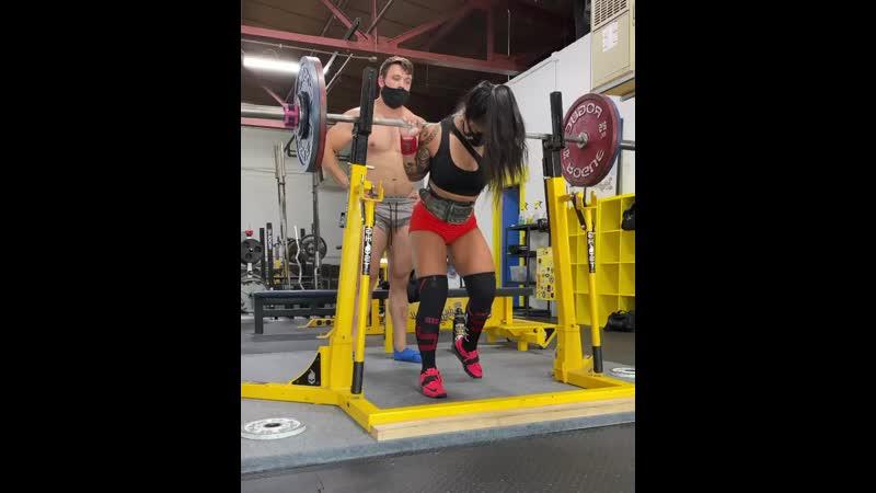 Кристина Лазо приседает 117,5 кг на 10 раз