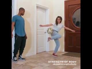 Девушка показывает навыки владения мячом