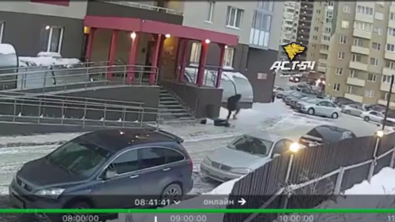 Девушка выпала с балкона и чуть не убила человека.vrpz