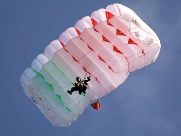 Женщина упала с высоты 1,5 тысячи метров и осталась жива В Канаде 30-летняя женщина осталась жива после падения с высоты около 1,5 тысячи метров. Женщина совершала прыжок с парашютом в районе