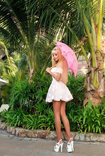 Русская Барби, Таня Тузова, сфотографировалась в короткой юбке на отдыхе в Тайланде