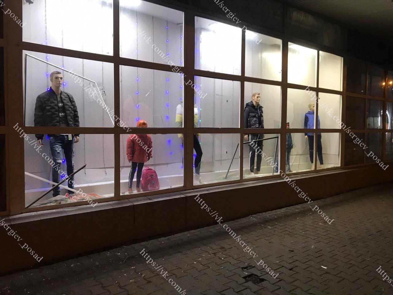 Только что двое неизвестных разбили витрины магазина