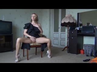 Русская стройная красотка соблазняет длинными ножками ( ноги стройные на каблуках фут фетиш foot fetish в платье раздевается)