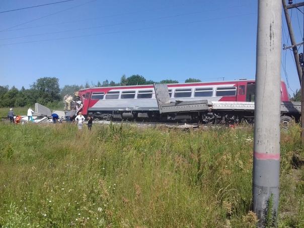 Машинисты РЖД погибли в результате столкновения поезда с грузовиком в Псковской области Трагический инцидент произошел 1 июля на перегоне Заваруйка Себеж в районе деревни Кузнецовка. Водитель