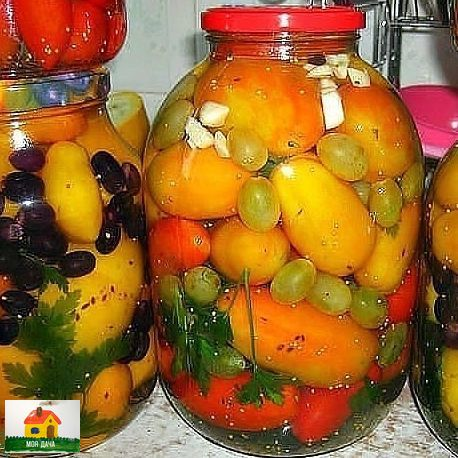 Маринованные помидоры с виноградом. Попробовала - вся семья в восторге. Хочу поделиться с вами. Вот, собственно, сам рецептик:помидоры с виноградом: на 3х литровую банку: 6 ст.л. сахара, 3 ст.л.