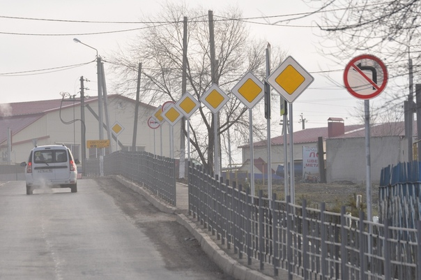 Чиновники обеспокоились безопасностью граждан и поставили 38 дорожных знаков на участке в 150 метров Вот такие фотографии нам прислали из города Похвистнево Самарской области. Местные власти