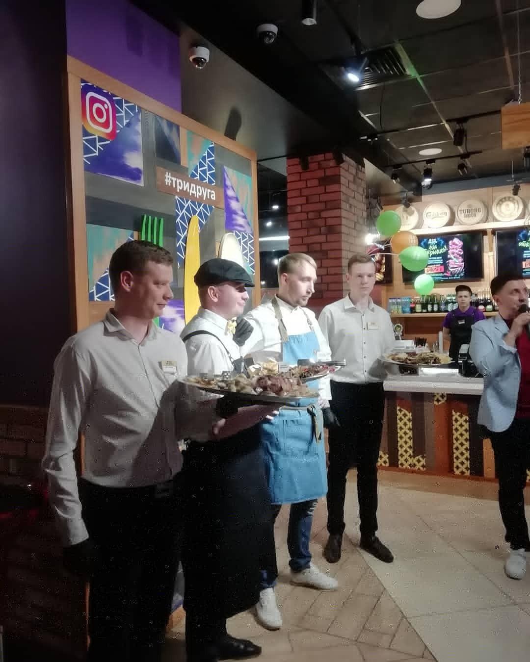 Фартуки и кепи для официантов-красавчиков нового Гриль-кафе «Три Dруга»  в нашем исполнении ️