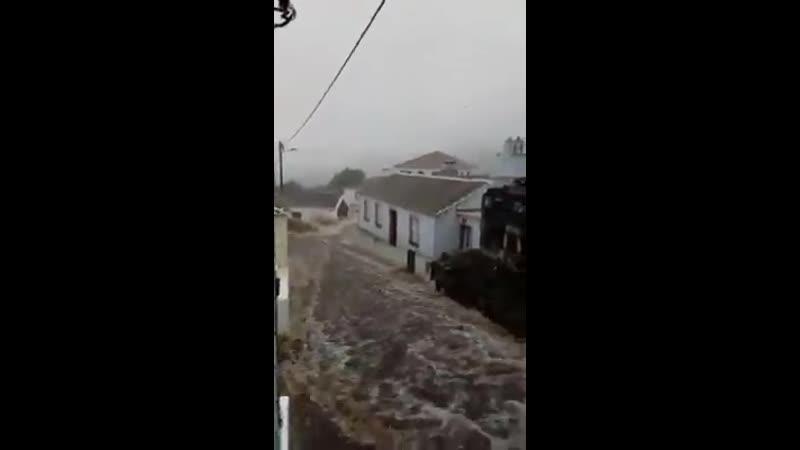 Бурный поток воды на острове Терсейра ( Азорские острова, Португалия, 16.06.2019)