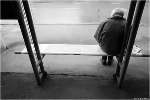 Мужчина сидел на остановке и пристально смотрел на меня Глаза у него были светло-голубые, практически прозрачные, как буд-то выцветшие. На вид, лет 55-60. Его лицо казалось мне смутно знакомым.
