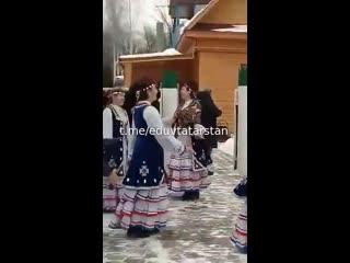 Ничего необычного, просто Ксения Анатольевна и певица Алсу пляшут под татарские мелодии в татарской деревне.