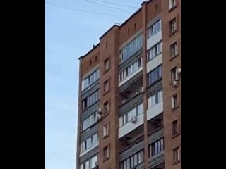 Дети бегают по крыше Дачная