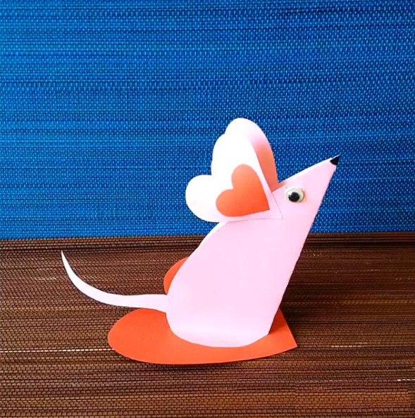Валентинки своими руками Вот таких влюблённых мышек предлагаем Вам сделать вместе с ребёнком ко Дню Святого Валентина. Поделка очень простая и милая, нужны только цветная бумага, ножницы и
