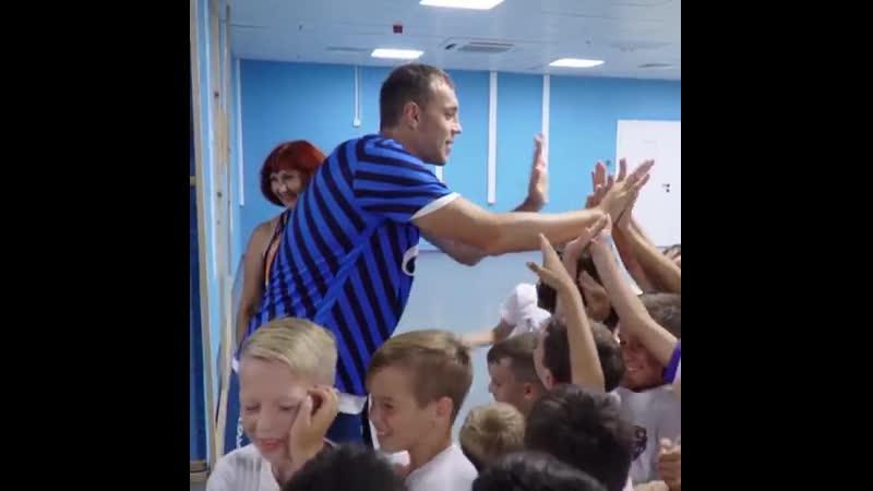 Дзюба радует детей