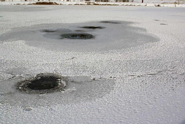Страшная трагедия на льду... Путь наш лежит в забытый цивилизацией городок Сураж Брянской области, где вчера днем утонули трое учеников школы 1. 13-летний Романенко, 12-летний Мощенок и