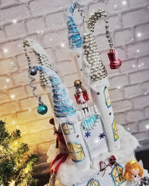 Пoтрясающий сказочный замок Корпус делали из потолочной плитки и втулок от бумажных полотенец. - Наконечники башенок: основа- картон, украшали елочными бусами, мишурой на проволочной основе и