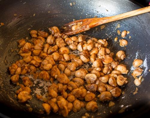 НЕРЕАЛЬНО НАСЫЩЕННЫЙ, АРОМАТНЫЙ И ПИКАНТНЫЙ ГРИБНОЙ СОУС К МЯСУ Сегодняшний рецепт - для любителей дополнить хороший кусок мяса вкусным соусом. В основе его вкуса - молоденькие шампиньоны. Хотя