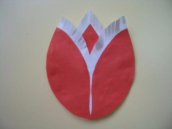 БУКЕТ ТЮЛЬПАНОВ ИЗ БУМАГИ Материалы: - цветная бумага - белая бумага - ножницы - клей Этапы выполнения: Для фона возьмите лист синей или голубой бумаги формата А4. Отрежьте с каждой стороны по 1