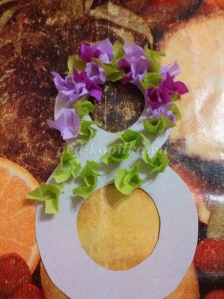 Открытка для мамы на 8 марта своими руками Материалы: цветной лист картона, гофрированная бумага (салатового, сиреневого и фиолетового цвета), ножницы, клей, простой карандаш. Автор: Агаджанова