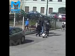 Видео задержания мужчины на детской площадке