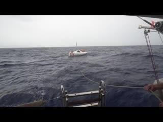 Нашли парусную яхту в океане. Яхта терпит бедствие. Спасательная операция в атла