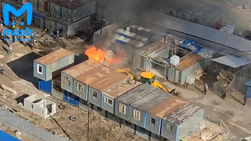 На стройке в районе Ленинского проспекта местный тракторист спас весь участок от большого пожара