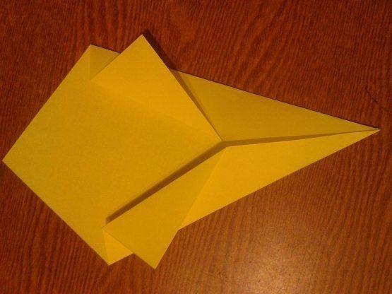 ПОДАРОК Нам понадобилась двухсторонняя цветная бумага формата А4. 1. Из нее делаем квадратную заготовку. 2. Отгибаем уголочки, получается «упаковка» для букетика тюльпанов. 3. Тюльпаны делаем из